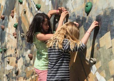 Kinder an einer Kletterwand