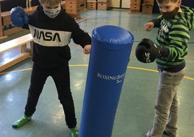 Kinder mit Boxsack
