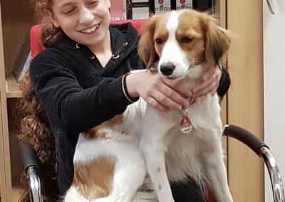 Der Schulhund mit einer Schülerin