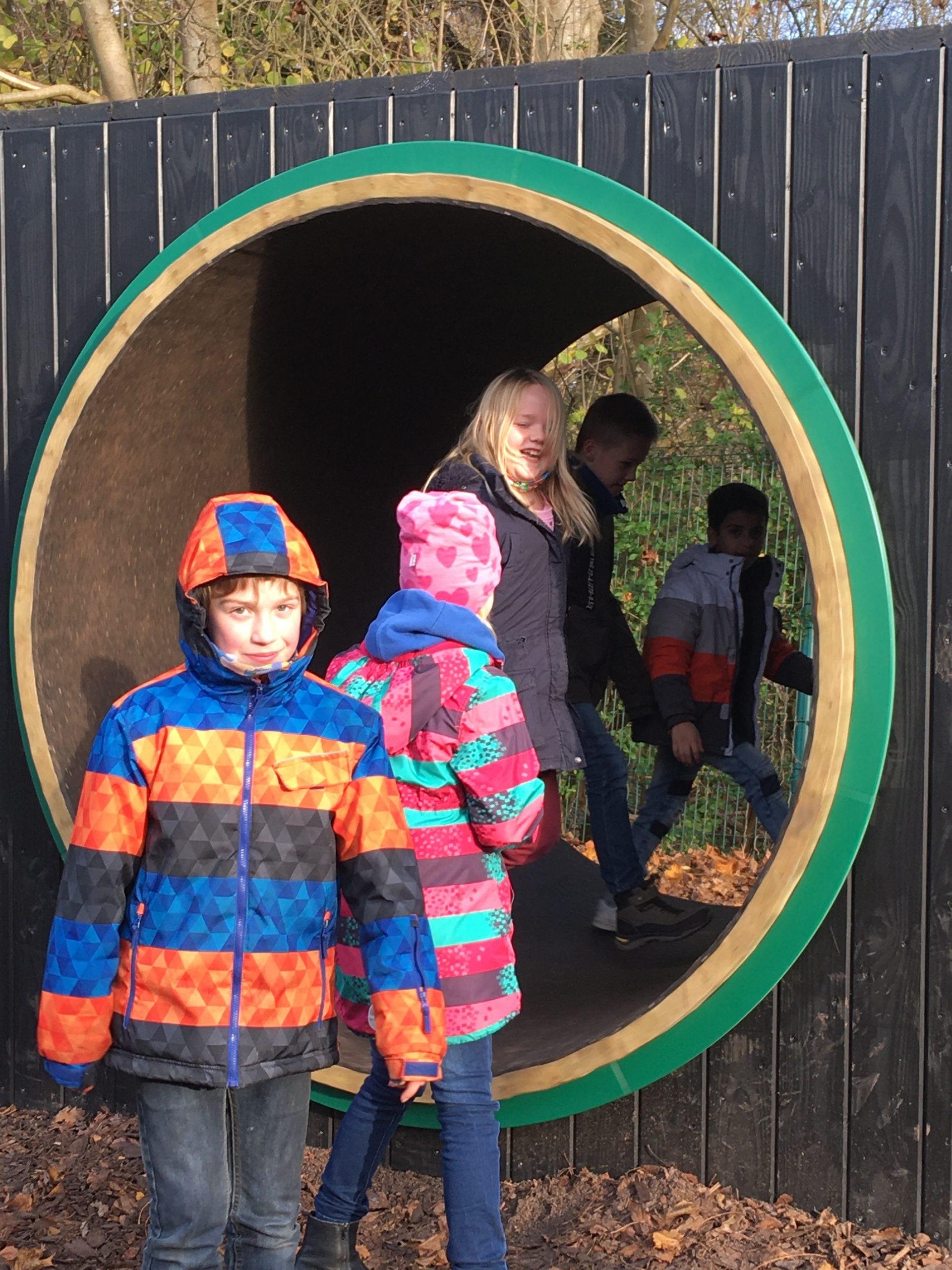 Kinder vor dem Hamsterrad