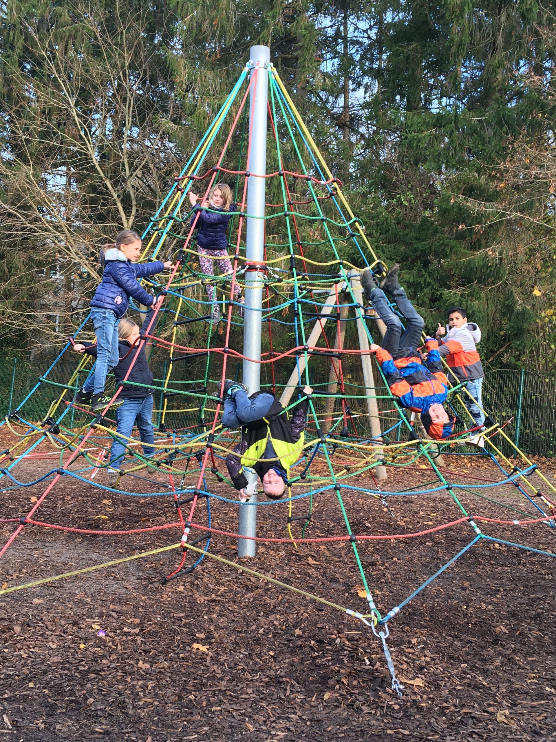 Kinder auf einer Kletterpyramide