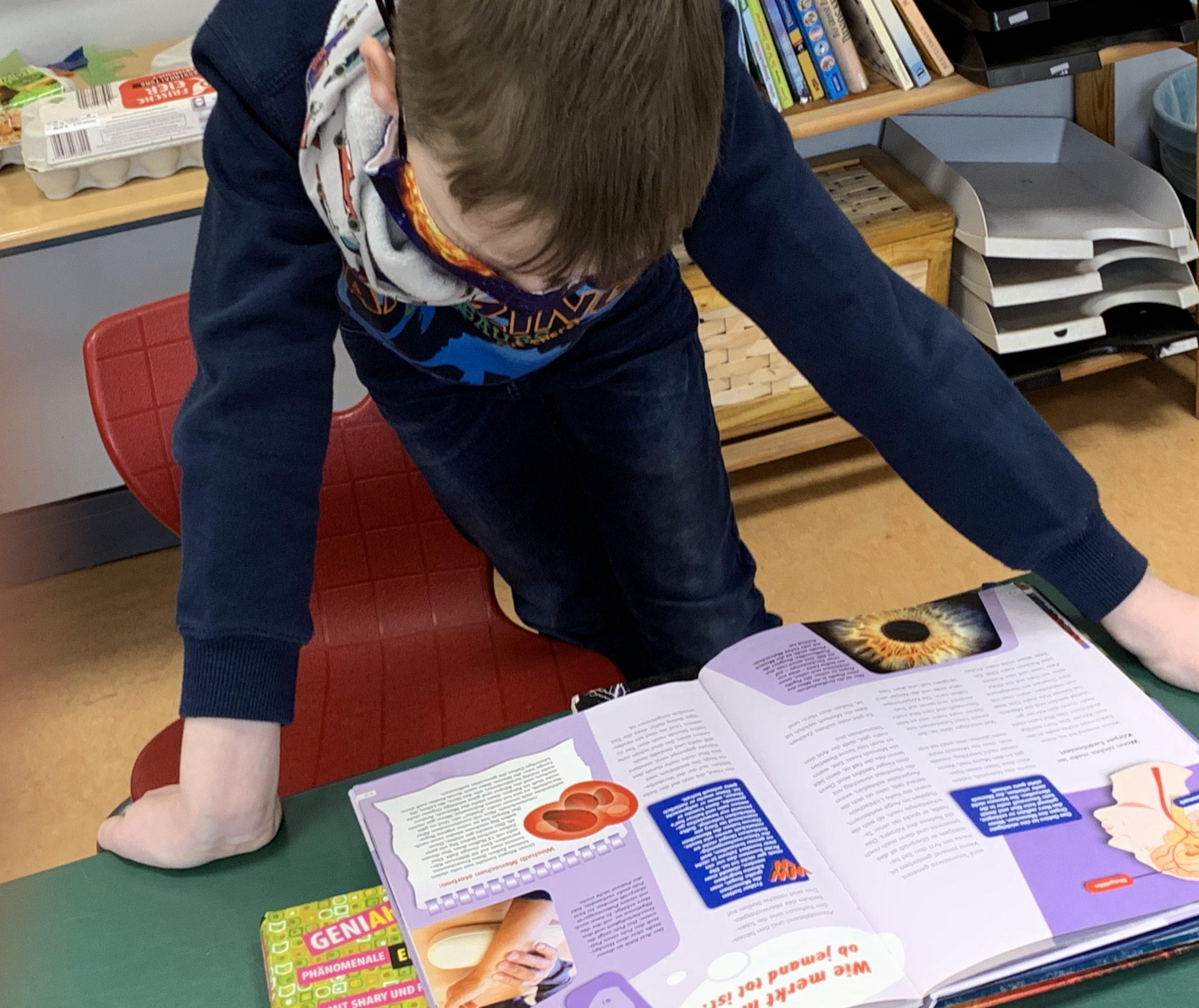 Ein Junge liest vertieft in einem Buch